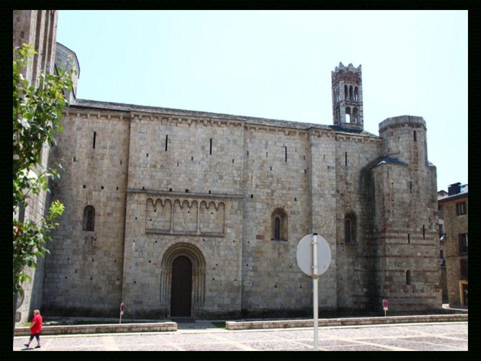 Arquitectura Fachada lateral La catedral de santa María es un edificio peculiar dentro del románico catalán ya que cuenta con algunos elementos italianizantes, poco frecuentes en otros monumentos de la época.