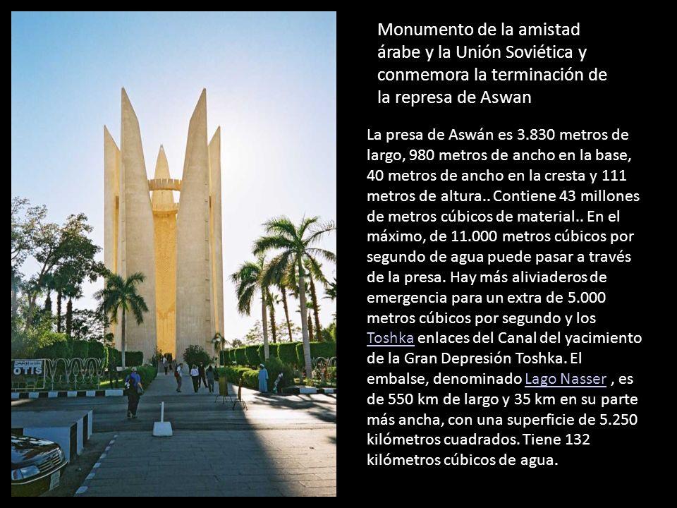 Monumento de la amistad árabe y la Unión Soviética y conmemora la terminación de la represa de Aswan La presa de Aswán es 3.830 metros de largo, 980 m