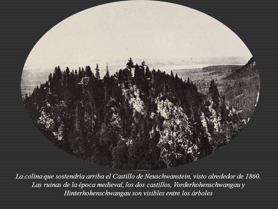 En una colina en el sur de Baviera, junto al castillo de Hohenschwangau, residencia veraniega de la familia, se hallaban a comienzos de los años 60 las ruinas de los castillos Vorderhohenschwangau y Hinterhohenschwangau.