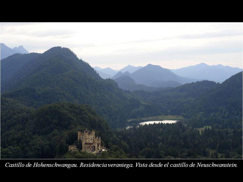 Castillo de Hohenschwangau. Fue la residencia de verano de la infancia del rey Luis II de Baviera y fue construido por su padre, el rey Maximiliano II