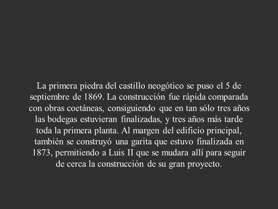 Por razones técnicas, los restos de los castillos medievales situados en la colina no podían estar presentes en la obra final, por lo que se llevó a c