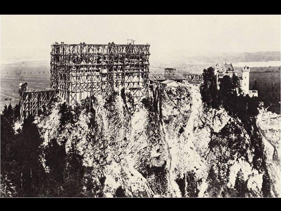 La primera piedra del castillo neogótico se puso el 5 de septiembre de 1869. La construcción fue rápida comparada con obras coetáneas, consiguiendo qu