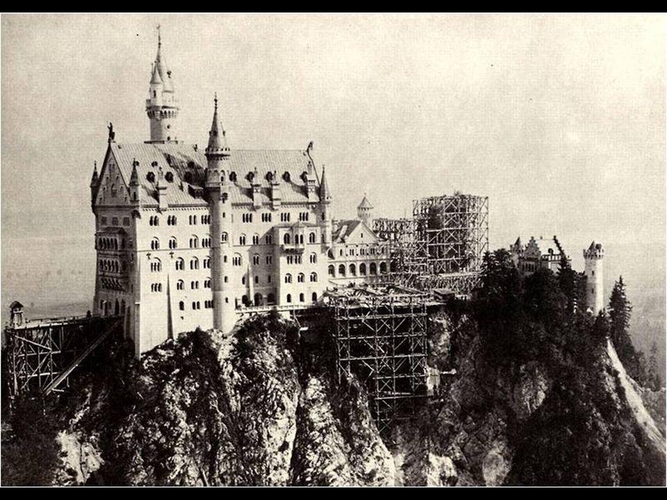 El castillo fue construido con ladrillo convencional, que más tarde fue revestido con otros tipos de roca para dotarle de esplendor. La parte frontal