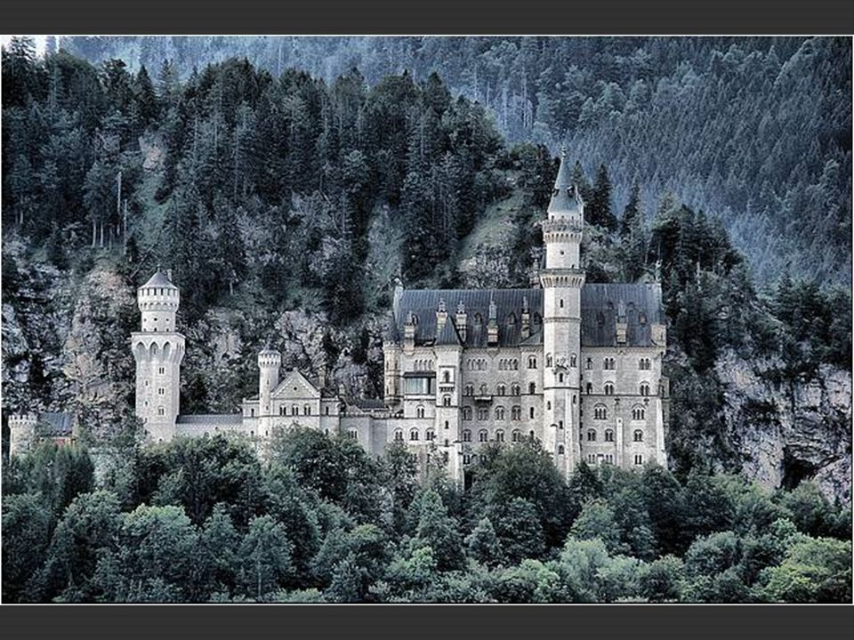 Las obras del castillo de Neuschwanstein se paralizaron durante seis años, reanudándose en 1892. El diseño original del castillo fue simplificado para