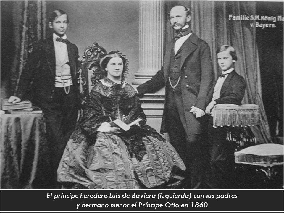El príncipe heredero Luis de Baviera (izquierda) con sus padres y hermano menor el Príncipe Otto en 1860.