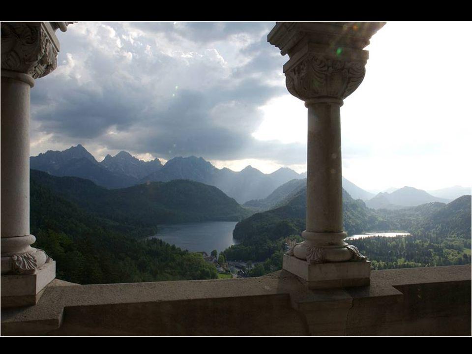 - Luis II nunca vio su castillo terminado. - El castillo fue dedicado a las obras de Wagner, en particular a Lohengrin, el Caballero del Cisne. - Para