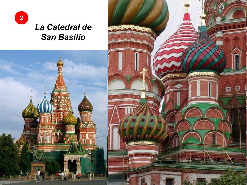2La Catedral de San Basilio La colorida Iglesia de la Plaza Roja La Catedral de San Basilio está situada en la Plaza Roja en Moscú, Rusia.