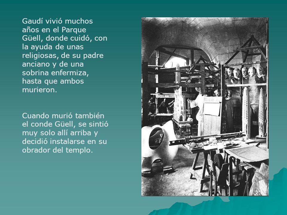 Gaudí vivió muchos años en el Parque Güell, donde cuidó, con la ayuda de unas religiosas, de su padre anciano y de una sobrina enfermiza, hasta que am