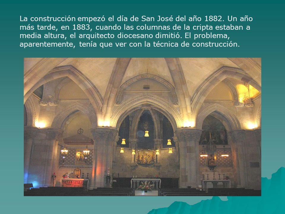 La construcción empezó el día de San José del año 1882. Un año más tarde, en 1883, cuando las columnas de la cripta estaban a media altura, el arquite