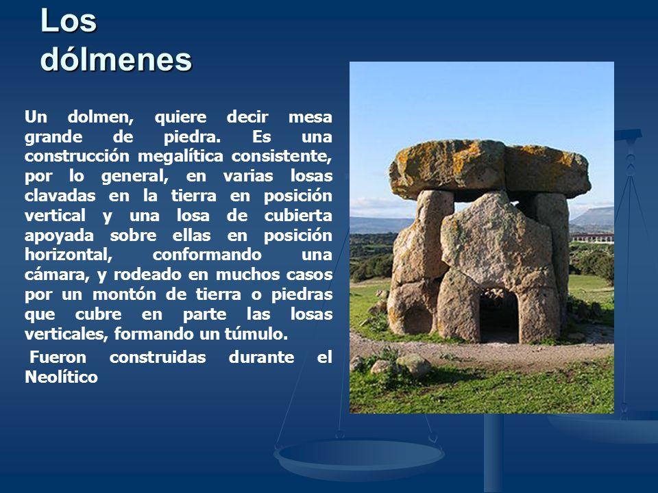 Tipos de Dólmenes Primer Tipo Los modelos sencillos de dólmenes consisten en dos o más piedras verticales y encima una horizontal, generalmente acompañadas de otras piedras en los alrededores, de grandes dimensiones.