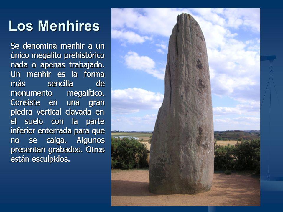 El crómlech Un crómlech es un monumento megalítico formado por piedras o menhires clavados en el suelo y que adoptan una forma circular o elíptica, cercando un terreno.