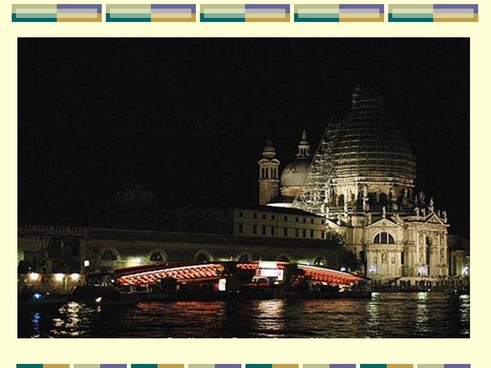 Un pont stratégique pour Venise Un puente estratégico para Venecia Le nouveau pont piétonnier est situé à un endroit stratégique : entre la gare ferroviaire Santa Lucia et la Piazzale Roma, point d arrivée en voiture ou en bus des touristes.