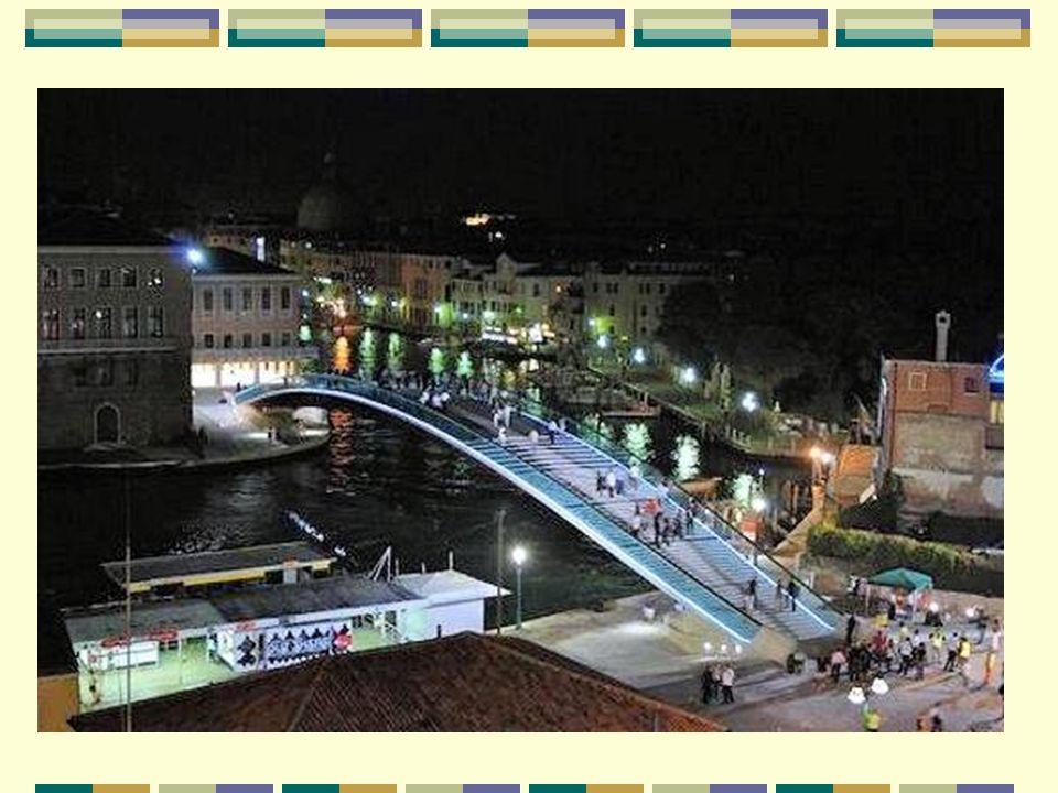 Le Grand Canal, l artère principale El Gran Canal, la arteria principal Le pont de la Constitution se trouve sur le Grand Canal, en forme de S inversé, qui parcourt la ville de Venise de la place Saint-Marc à la gare ferroviaire Santa Lucia.
