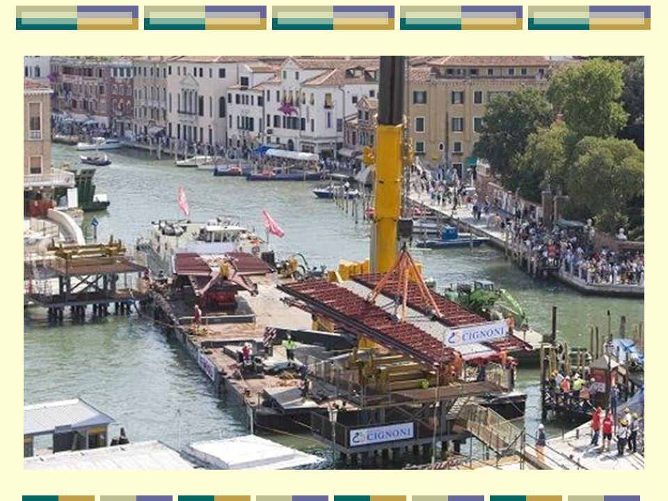 10 ans de travaux et de polémiques 10 años de trabajos y de polémica En 1999, la ville de Venise demande à l architecte Santiago Calatrava de dessiner un nouveau pont enjambant le Grand Canal.
