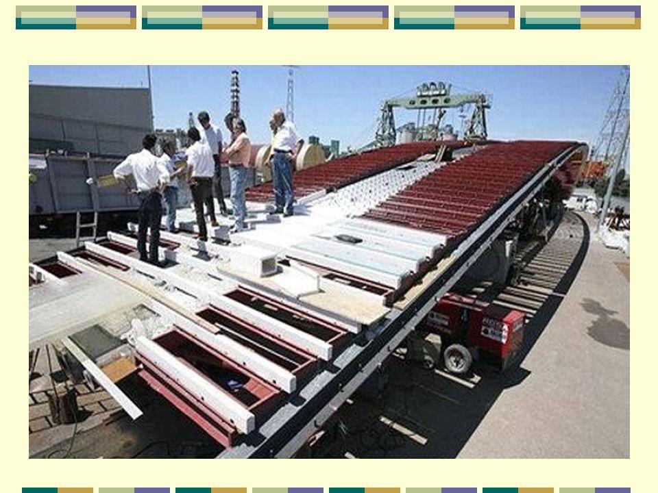 Assemblé sur la terre ferme Ensamblaje en tierra firme La construction des morceaux de pont s est déroulée sur la terre ferme, dans les ateliers de l entreprise italienne Cignoni, à Lendinara en Vénitie.