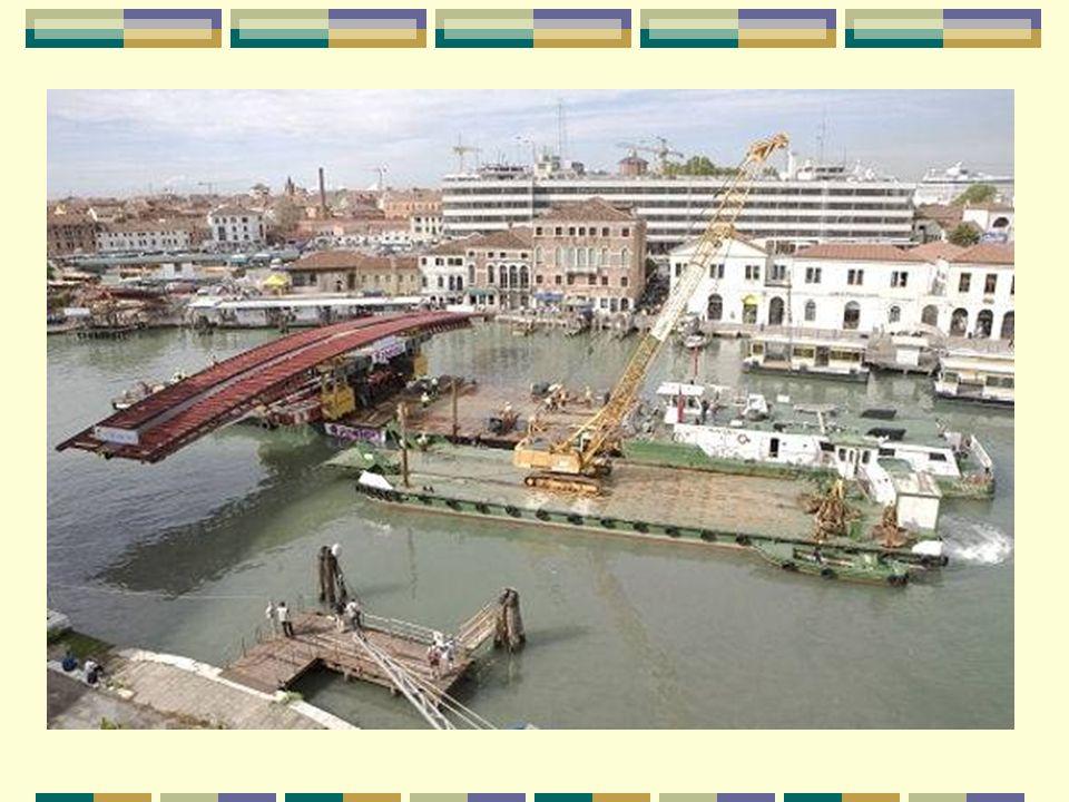 Transporté par bateau Transportado por barco Les éléments du pont ont été transportés, de nuit, par bateau en deux fois : les piliers de soutènement, de 85 tonnes chacun, dans la nuit du 27 au 28 juillet 2007 et la travée centrale pesant 250 tonnes dans la nuit du 7 au 8 août 2007.