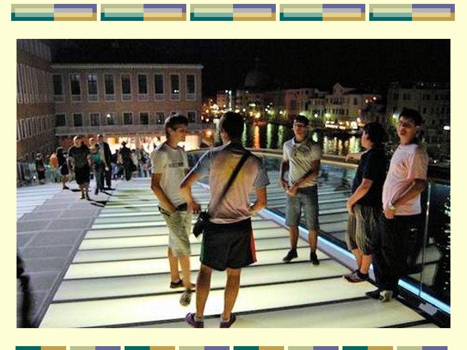 Une ouverture en secret, la nuit Una apertura, en secreto, de noche Face aux polémiques engendrées par le coût et les lenteurs de sa construction, ainsi que par l opposition de plusieurs associations de défense du patrimoine vénitien, la municipalité a décidé de ne pas prévoir d inauguration officielle.