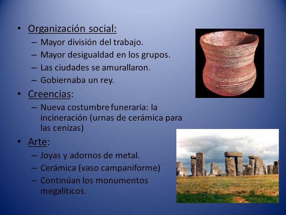 Organización social: – Mayor división del trabajo. – Mayor desigualdad en los grupos. – Las ciudades se amurallaron. – Gobiernaba un rey. Creencias: –