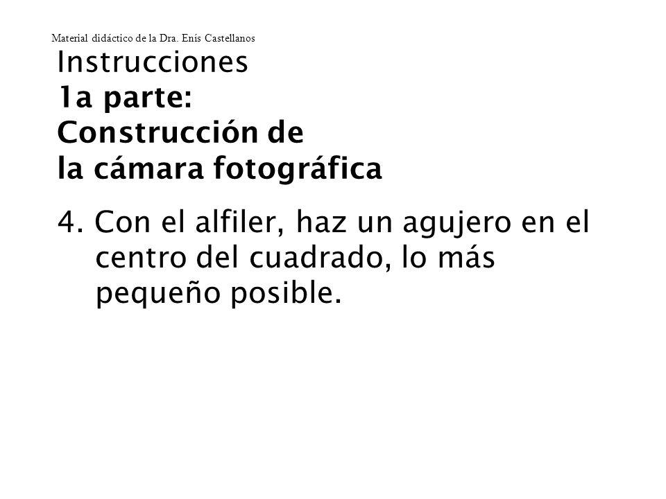 Instrucciones 1a parte: Construcción de la cámara fotográfica 4. Con el alfiler, haz un agujero en el centro del cuadrado, lo más pequeño posible. Mat