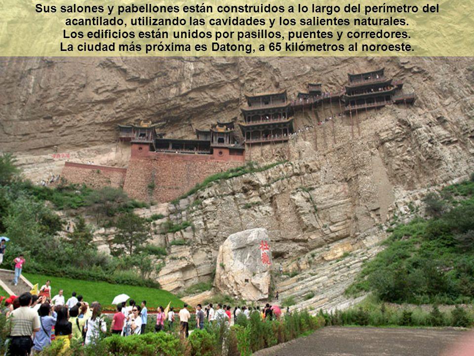 Sus salones y pabellones están construidos a lo largo del perímetro del acantilado, utilizando las cavidades y los salientes naturales. Los edificios