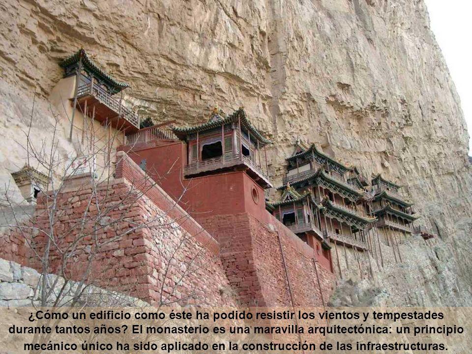 ¿Cómo un edificio como éste ha podido resistir los vientos y tempestades durante tantos años? El monasterio es una maravilla arquitectónica: un princi