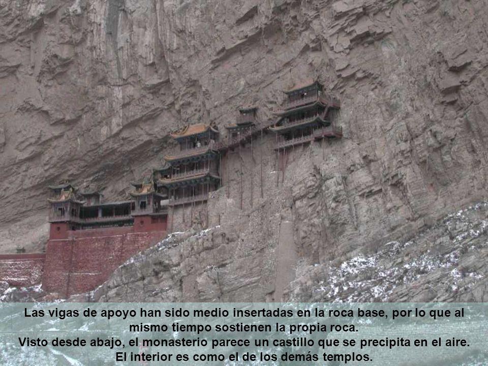 Las vigas de apoyo han sido medio insertadas en la roca base, por lo que al mismo tiempo sostienen la propia roca. Visto desde abajo, el monasterio pa