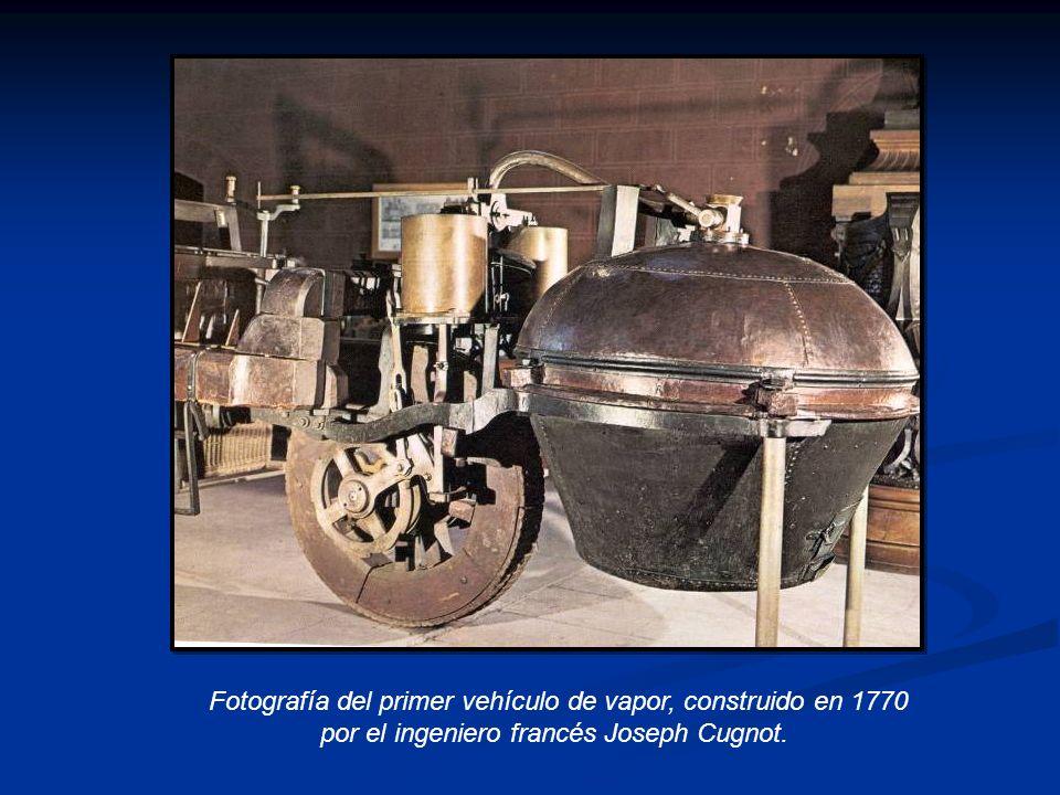 Fotografía del primer vehículo de vapor, construido en 1770 por el ingeniero francés Joseph Cugnot.