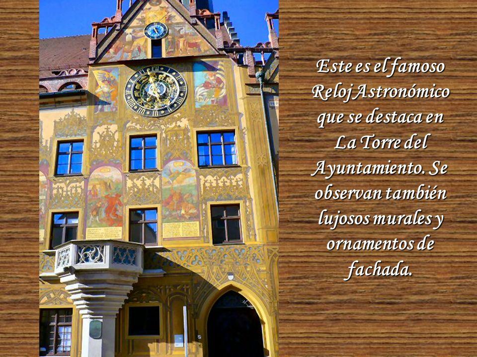 El Ayuntamiento de la ciudad está profusamente decorado con coloridas pinturas.