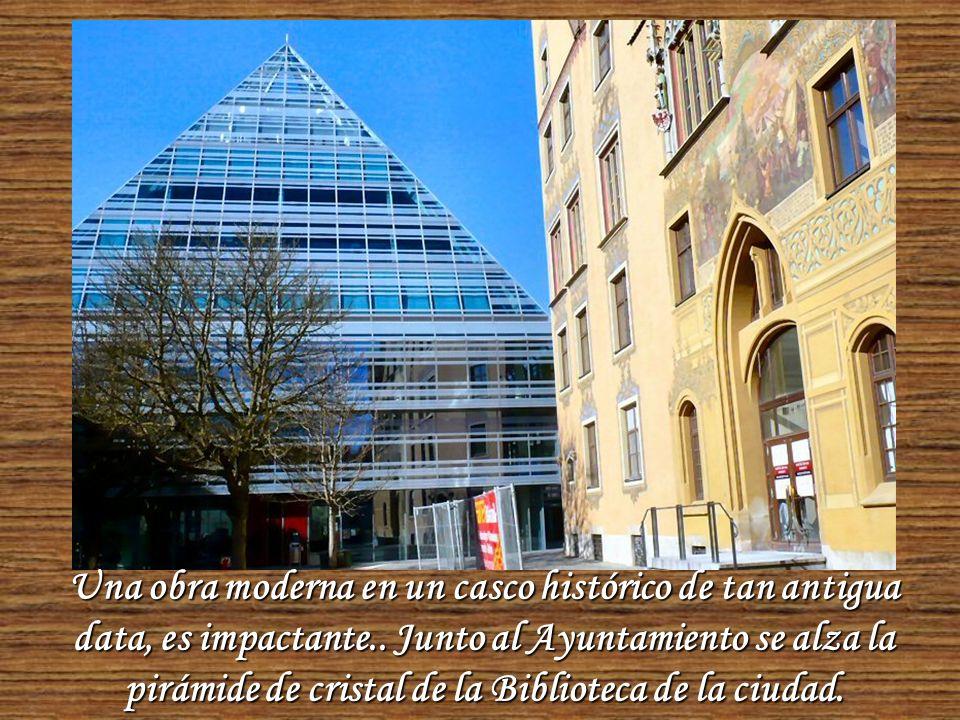 Este es el famoso Reloj Astronómico que se destaca en La Torre del Ayuntamiento. Se observan también lujosos murales y ornamentos de fachada.