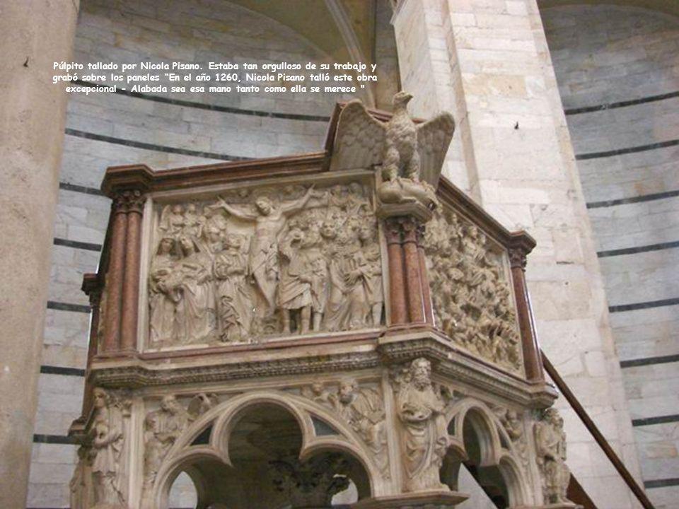 En el interior, las fuentes bautismales con Juan Bautista.