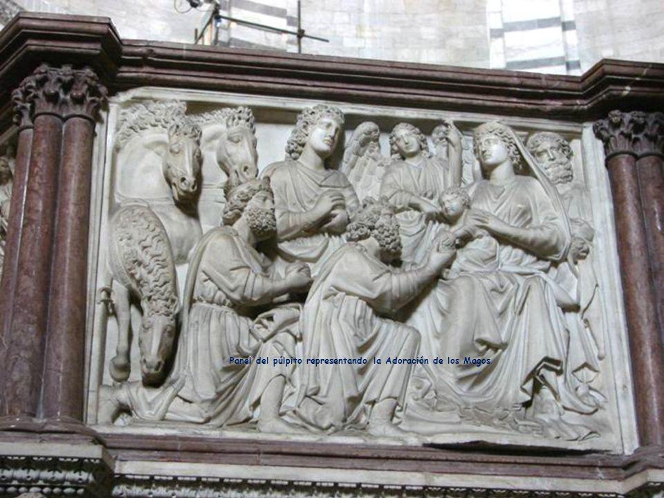 Púlpito tallado por Nicola Pisano.