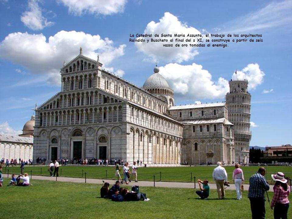 La torre inclinada es mundialmente conocida y famosa y es un paso esencial en Pisa, en Toscana.