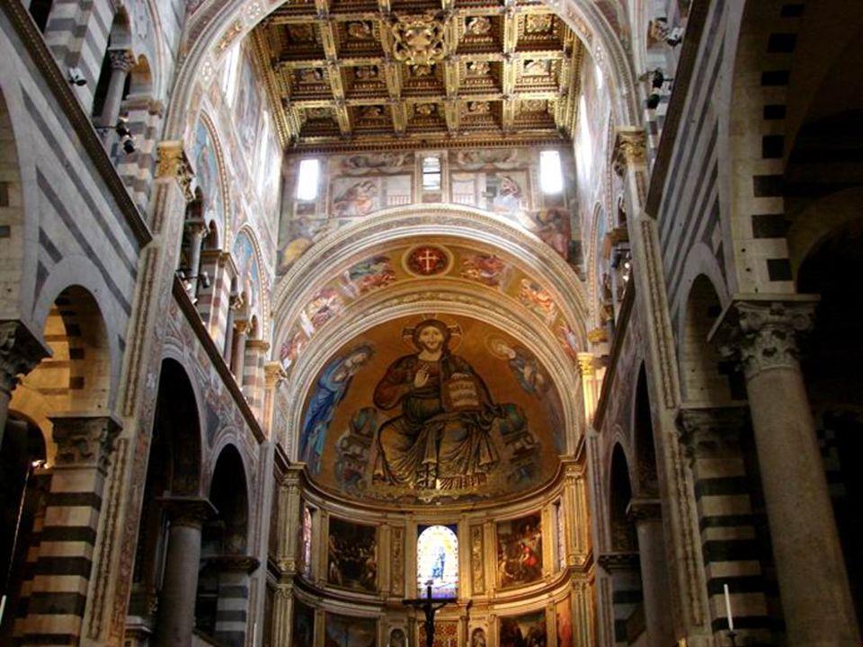 El mosaico de Cristo entronizado entre la Virgen y San Juan se llevó a cabo con la colaboración de Cimabue en 1302
