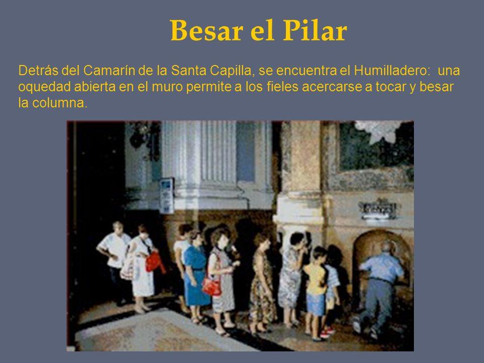 Besar el Pilar Detrás del Camarín de la Santa Capilla, se encuentra el Humilladero: una oquedad abierta en el muro permite a los fieles acercarse a to
