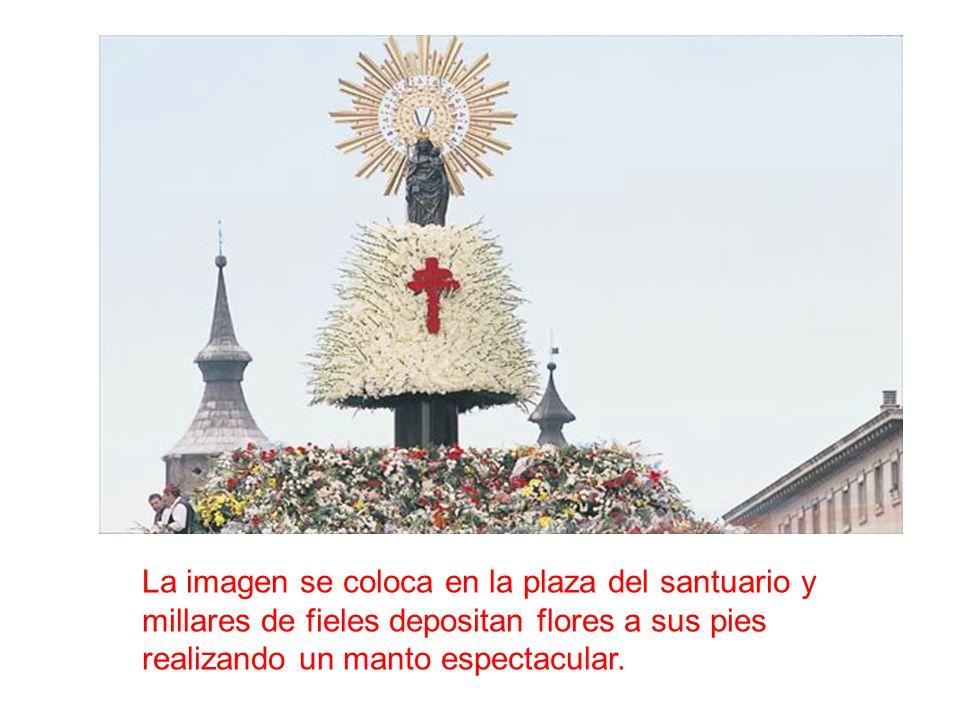 La imagen se coloca en la plaza del santuario y millares de fieles depositan flores a sus pies realizando un manto espectacular.