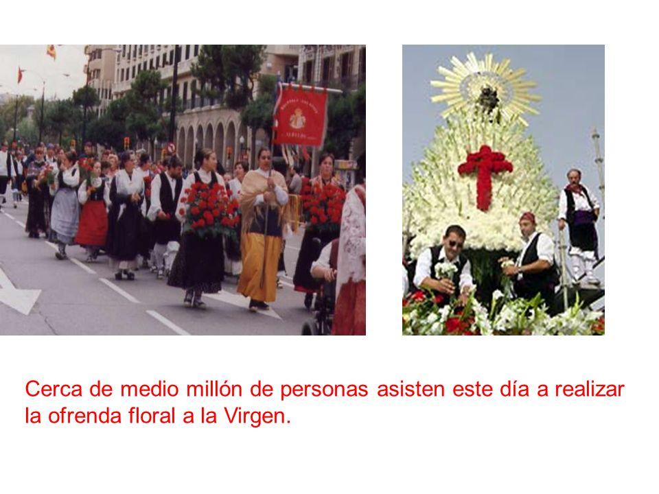 Cerca de medio millón de personas asisten este día a realizar la ofrenda floral a la Virgen.
