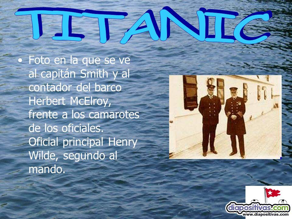Foto en la que se ve al capitán Smith y al contador del barco Herbert McElroy, frente a los camarotes de los oficiales.