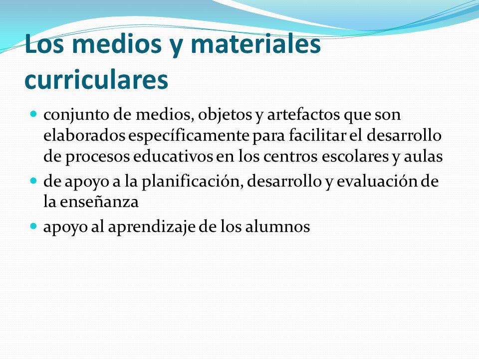 Los medios y materiales curriculares conjunto de medios, objetos y artefactos que son elaborados específicamente para facilitar el desarrollo de proce