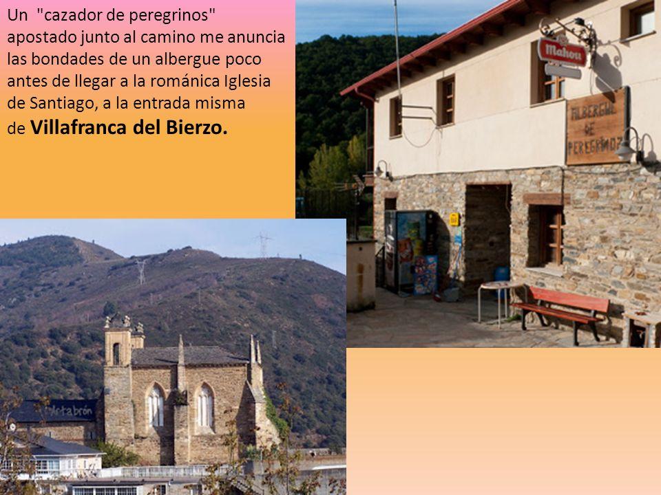 Un cazador de peregrinos apostado junto al camino me anuncia las bondades de un albergue poco antes de llegar a la románica Iglesia de Santiago, a la entrada misma de Villafranca del Bierzo.