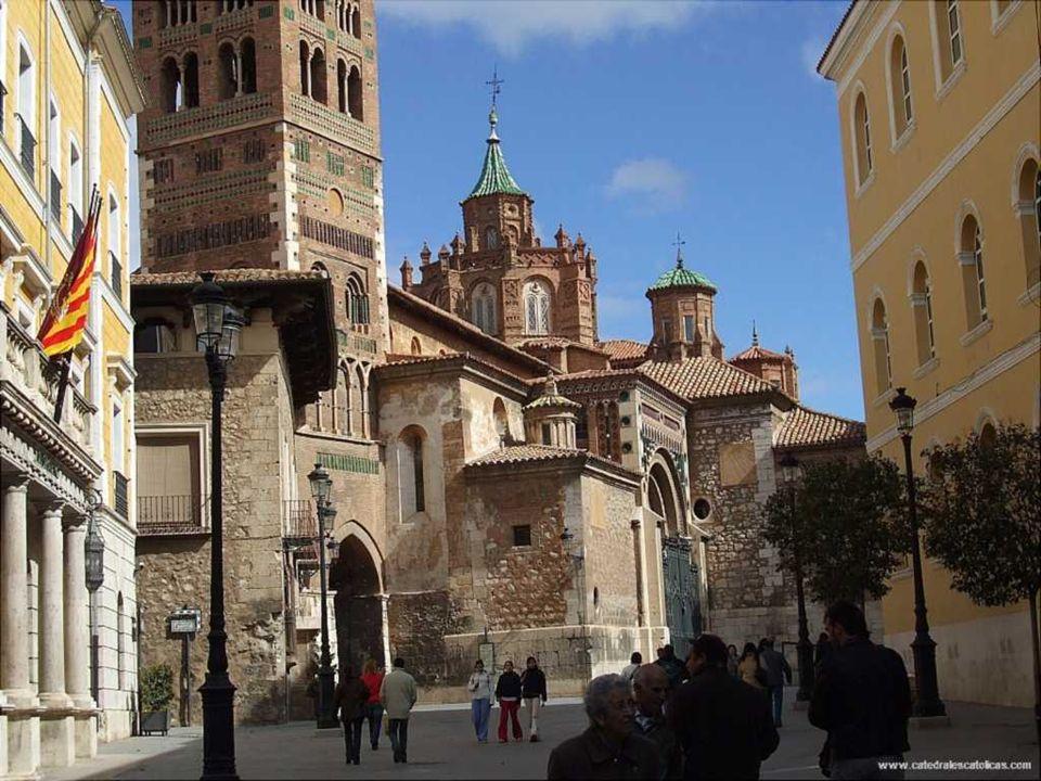 Catedral de Teruel Construcción 1171-1587 Estilo arquitectónico Mudéjar La Catedral de Teruel tiene su origen en la iglesia de Santa María de Mediavilla, que comenzó a edificarse en estilo románico en 1171 y se concluyó con la erección de la torre mudéjar en 1257.