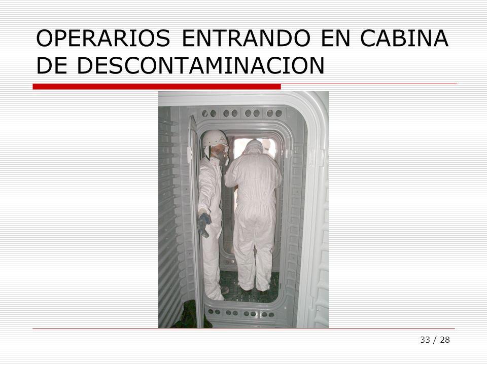 33 / 28 OPERARIOS ENTRANDO EN CABINA DE DESCONTAMINACION