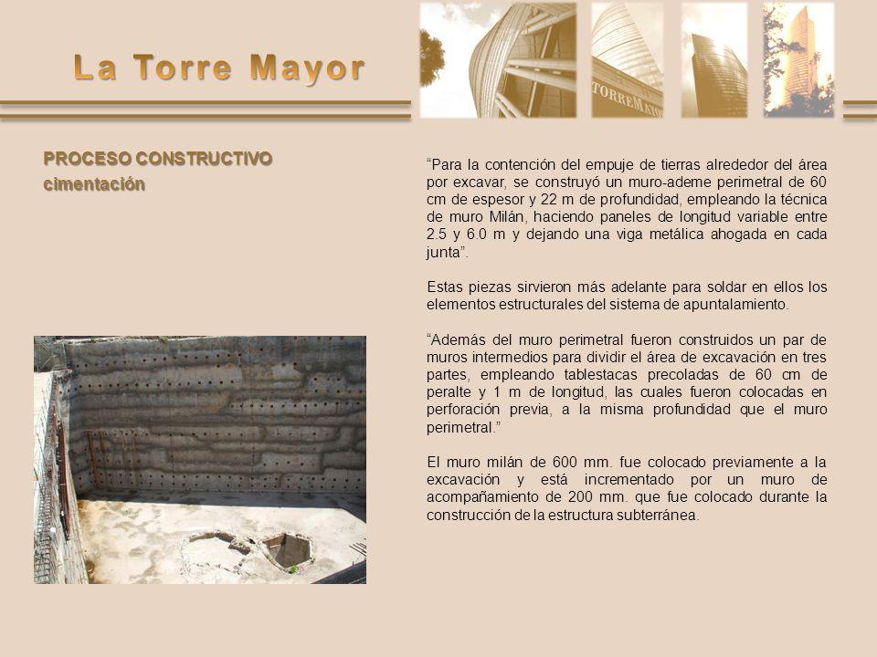 Para la contención del empuje de tierras alrededor del área por excavar, se construyó un muro-ademe perimetral de 60 cm de espesor y 22 m de profundid