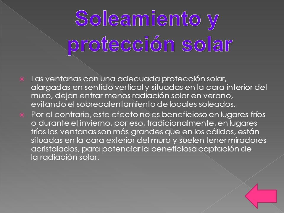 Las ventanas con una adecuada protección solar, alargadas en sentido vertical y situadas en la cara interior del muro, dejan entrar menos radiación so