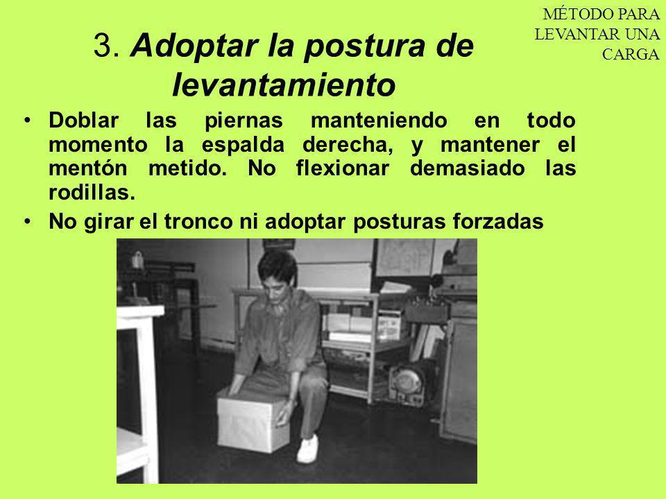 3. Adoptar la postura de levantamiento Doblar las piernas manteniendo en todo momento la espalda derecha, y mantener el mentón metido. No flexionar de