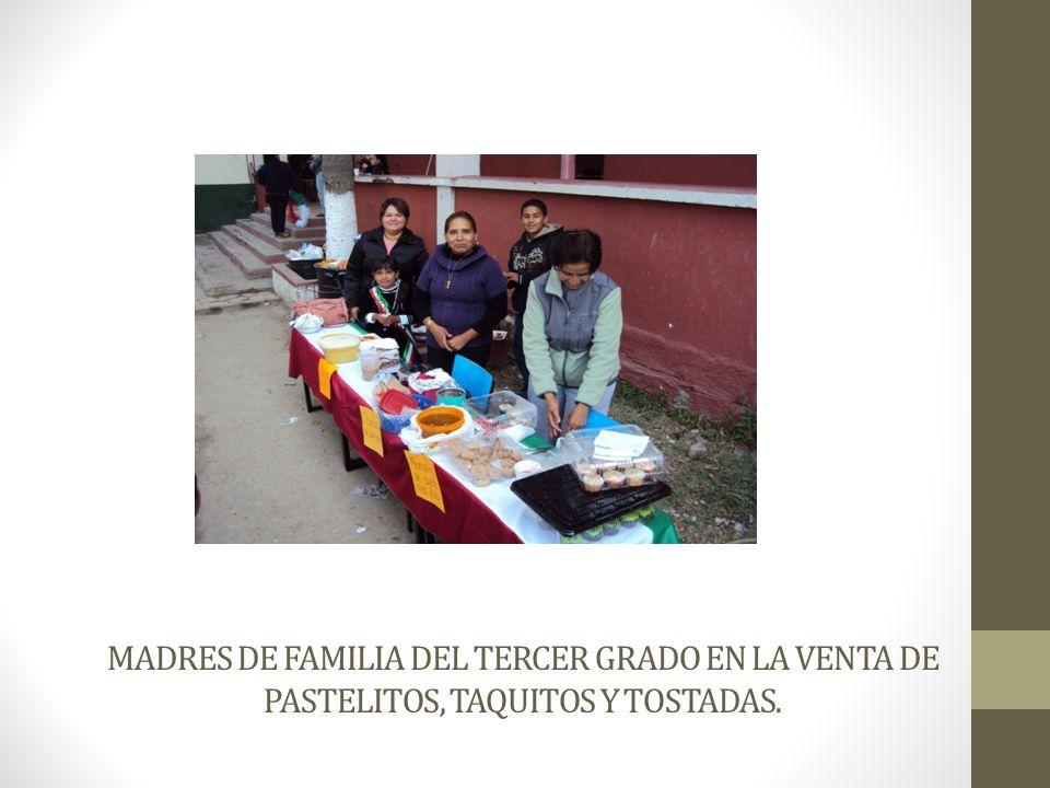 MADRES DE FAMILIA DEL TERCER GRADO EN LA VENTA DE PASTELITOS, TAQUITOS Y TOSTADAS.