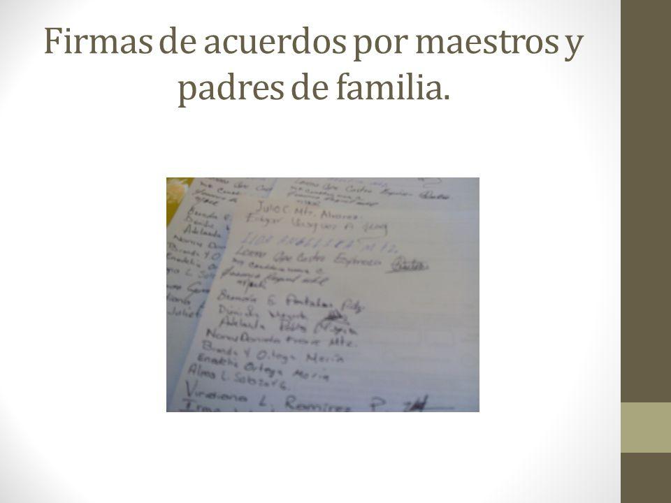 Firmas de acuerdos por maestros y padres de familia.
