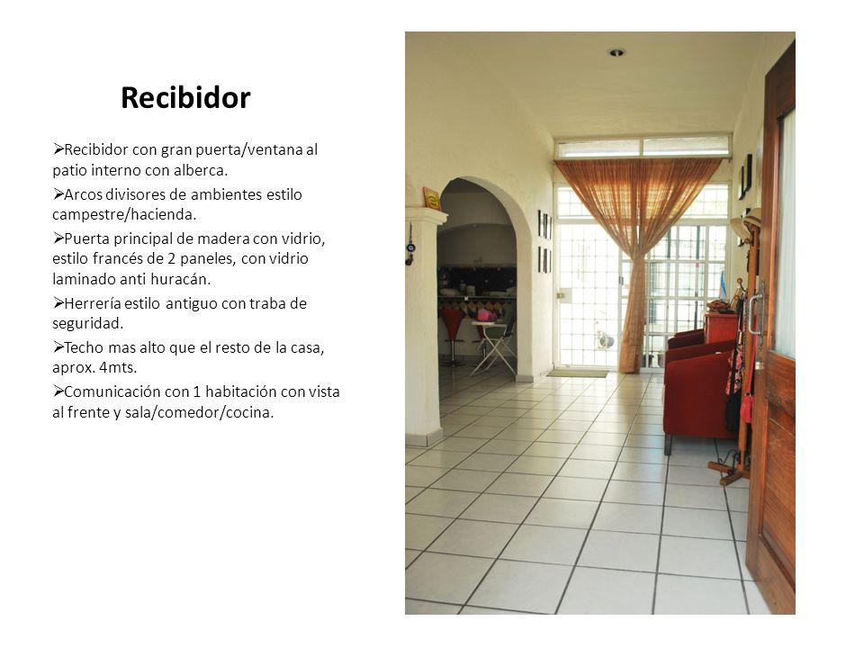 Recibidor Recibidor con gran puerta/ventana al patio interno con alberca. Arcos divisores de ambientes estilo campestre/hacienda. Puerta principal de