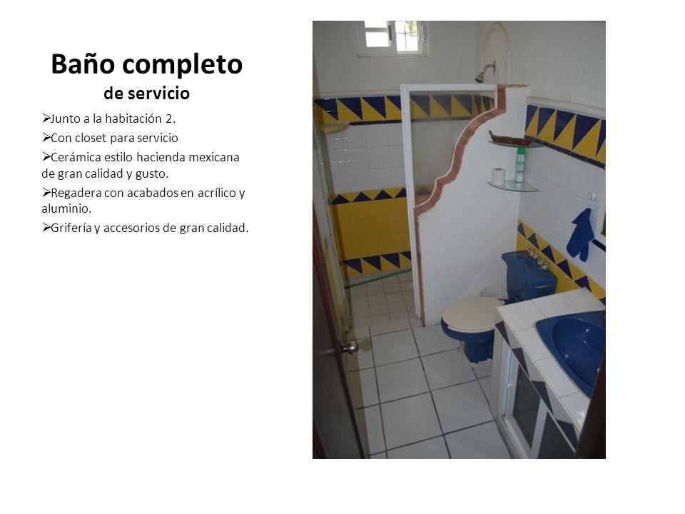Baño completo de servicio Junto a la habitación 2. Con closet para servicio Cerámica estilo hacienda mexicana de gran calidad y gusto. Regadera con ac
