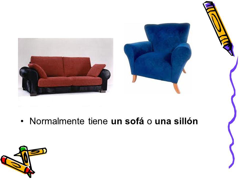 Normalmente tiene un sofá o una sillón