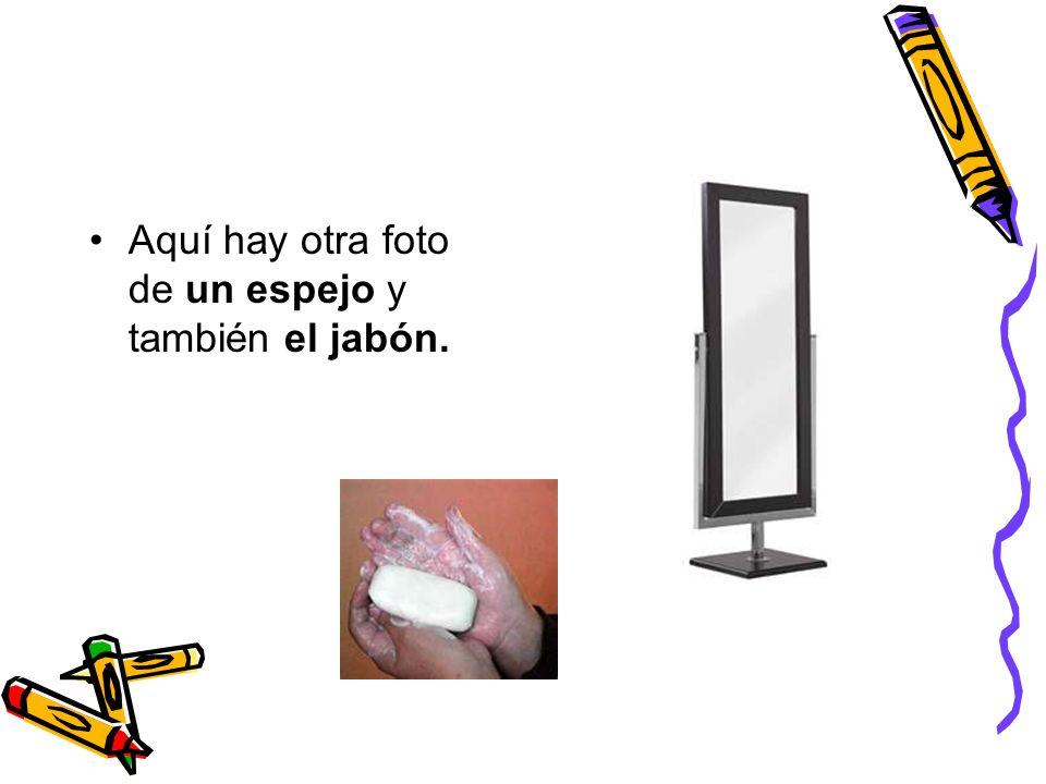 Aquí hay otra foto de un espejo y también el jabón.